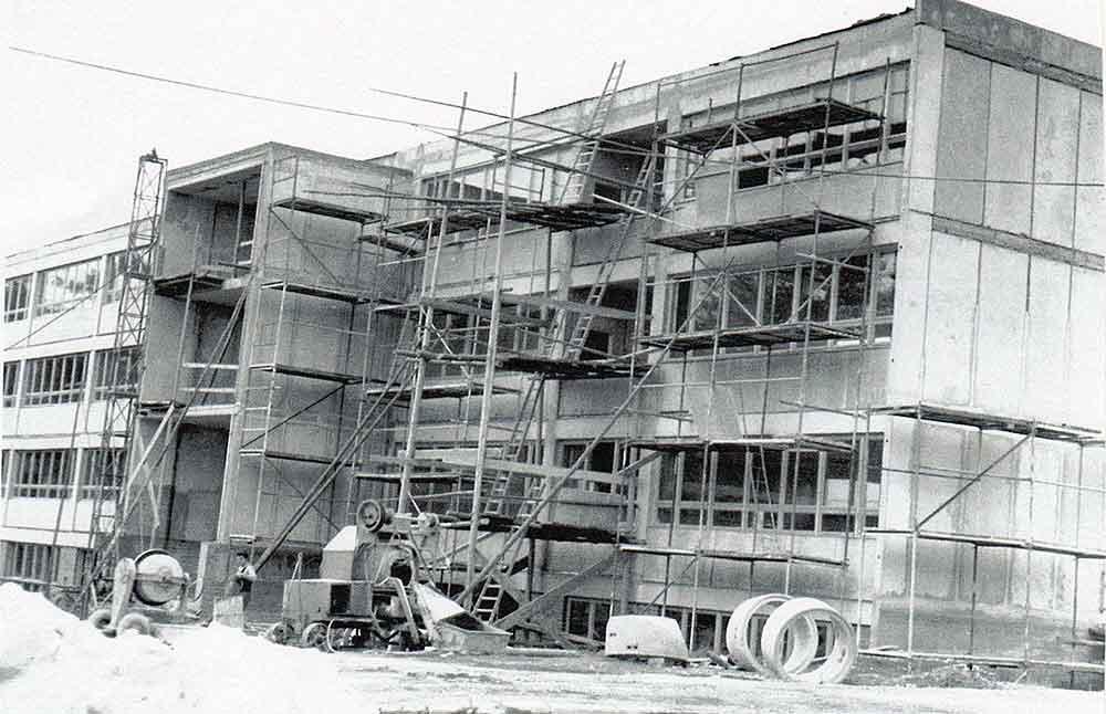 Erster Spatenstich für den Bau der Schule