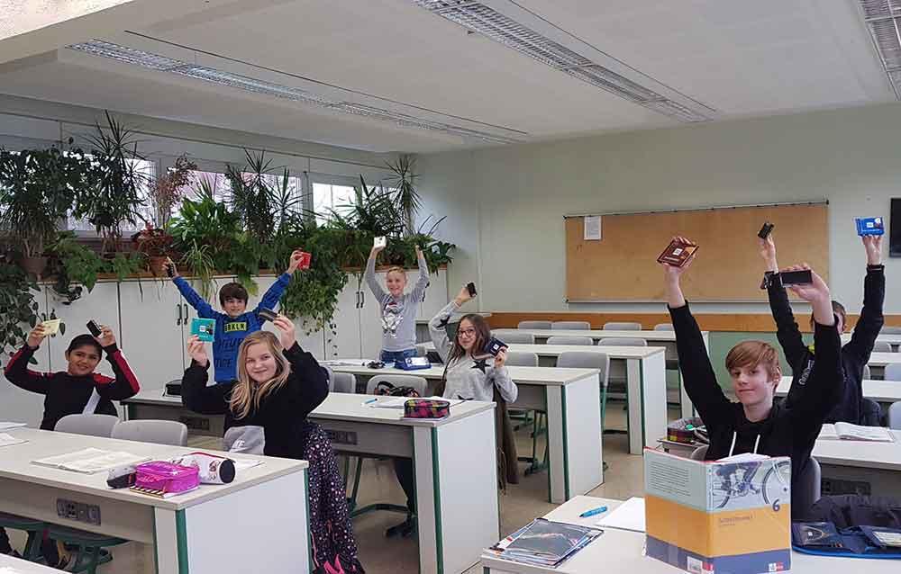 USB-Stick-fuer-Schueler-der-Nonne-Schule-01
